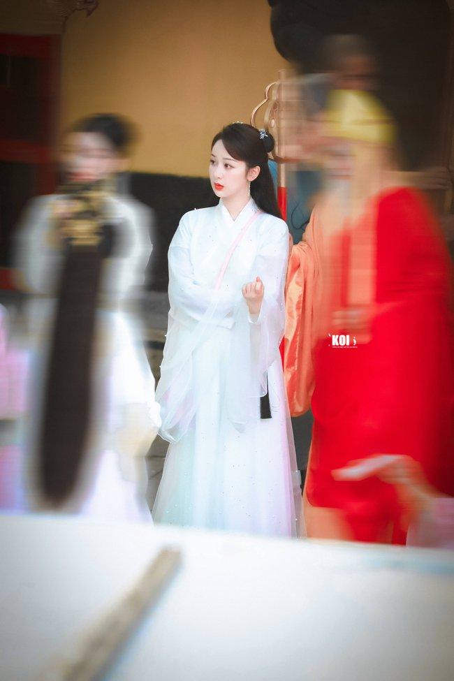Dương Tử đi họp báo, mặc váy trắng gợi nhắc Cẩm Mịch ở Hương mật tựa khói sương, người bé xíu gây chú ý - Ảnh 9.