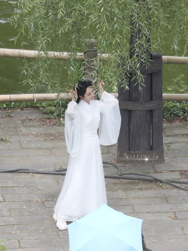 Dương Tử đi họp báo, mặc váy trắng gợi nhắc Cẩm Mịch ở Hương mật tựa khói sương, người bé xíu gây chú ý - Ảnh 8.