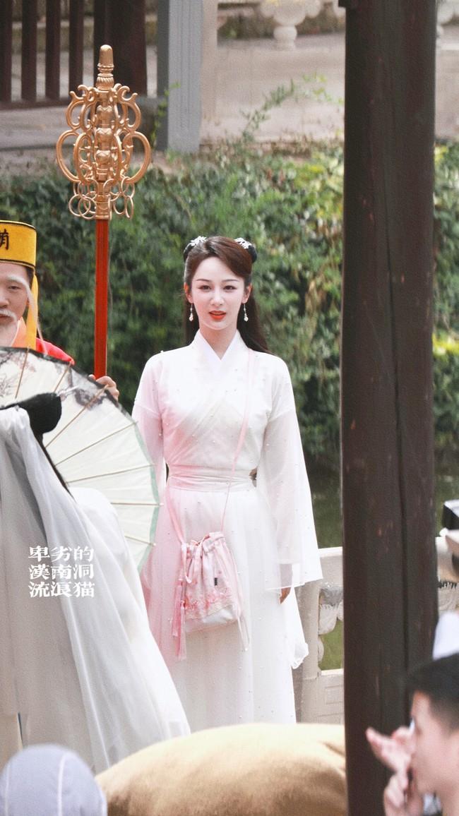 Dương Tử đi họp báo, mặc váy trắng gợi nhắc Cẩm Mịch ở Hương mật tựa khói sương, người bé xíu gây chú ý - Ảnh 10.