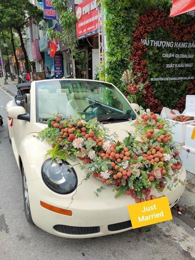 Thanh niên Bắc Giang chơi lớn không dùng hoa mà mua vải để trang trí xe cưới khiến dân mạng hết lời khen ngợi vì hành động nghĩa tình - Ảnh 2.