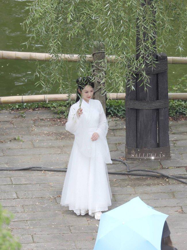 Dương Tử đi họp báo, mặc váy trắng gợi nhắc Cẩm Mịch ở Hương mật tựa khói sương, người bé xíu gây chú ý - Ảnh 7.