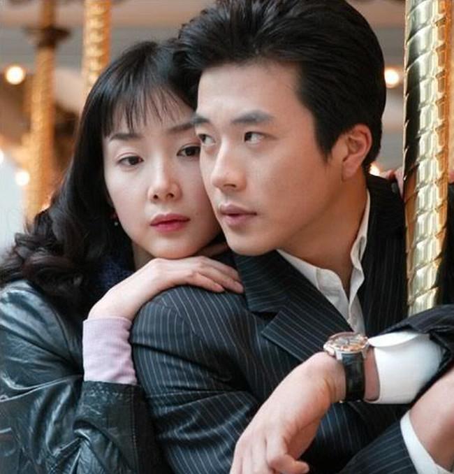 """""""Nữ hoàng nước mắt"""" Choi Ji Woo: Nhiều năm lận đận đường tình duyên, đang ổn định với hôn nhân ở tuổi U50 lại bất ngờ bị """"bóc"""" đời tư thác loạn - Ảnh 3."""
