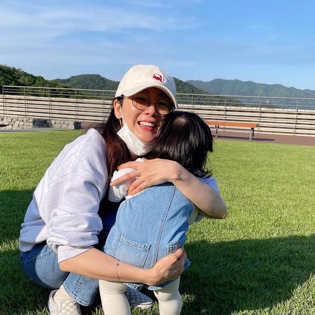"""""""Nữ hoàng nước mắt"""" Choi Ji Woo: Nhiều năm lận đận đường tình duyên, đang ổn định với hôn nhân ở tuổi U50 lại bất ngờ bị """"bóc"""" đời tư thác loạn - Ảnh 12."""