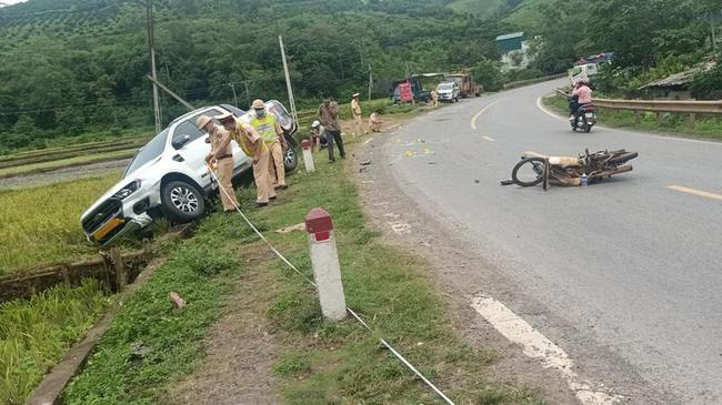Không đội mũ bảo hiểm, chạy xe như bay và lấn làn, nam thanh niên nguy kịch sau khi đâm trực diện vào xe bán tải - Ảnh 2.