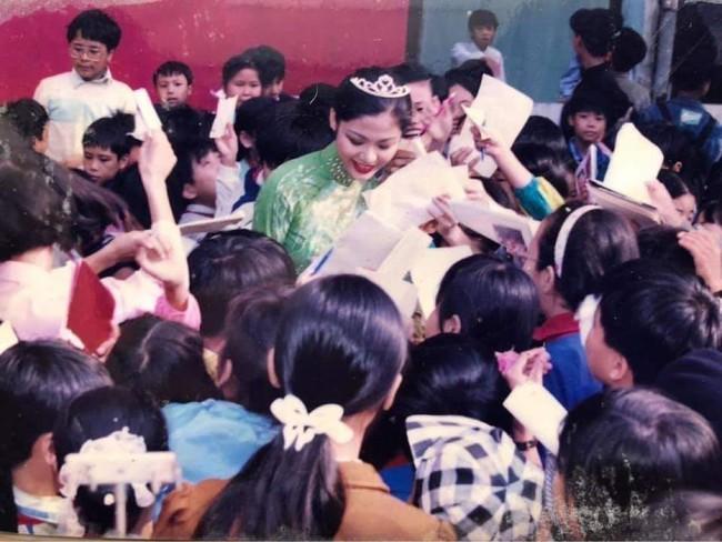 Những hình ảnh đẹp của Hoa hậu Thu Thuỷ thời sinh viên, tiết lộ của cô giáo cũ khiến ai cũng xót xa cho một đoá hoa tươi thắm - Ảnh 4.
