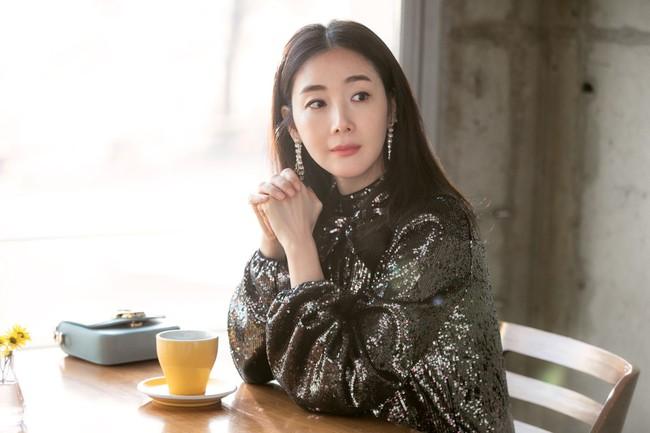 """Style của Choi Ji Woo: Chuẩn tổng tài bá đạo, từng diện một chiếc váy đẹp """"giật sạch"""" spotlight của Son Ye Jin - Ảnh 6."""