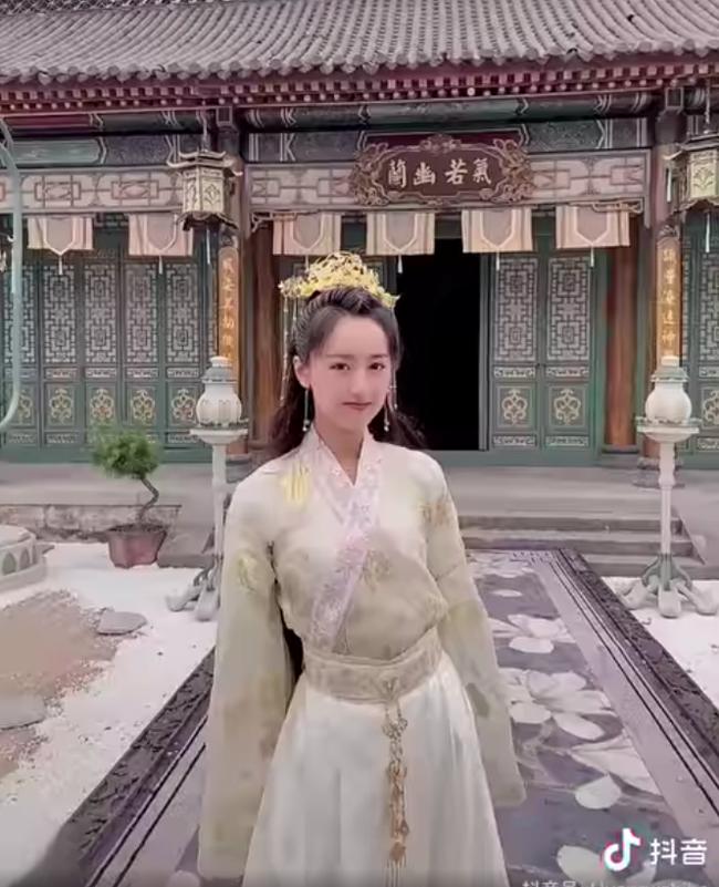 Viên Băng Nghiên xoay váy lộ góc nghiêng, xinh đẹp thế nào mà fan tức giận trách móc ekip Lưu ly mỹ nhân sát - Ảnh 2.