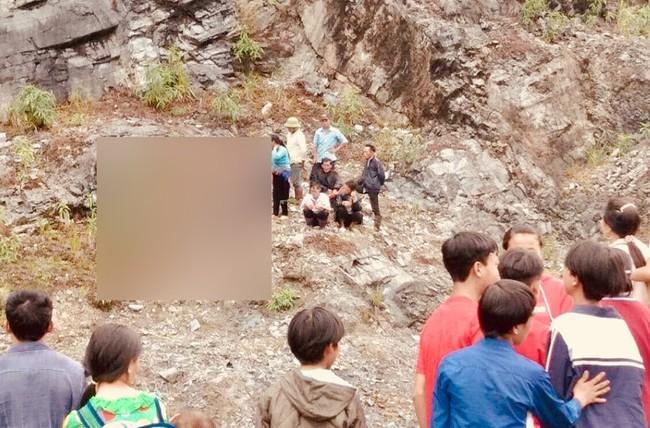 Bé gái 4 tuổi rơi từ đỉnh núi cao 70 m xuống tử vong thương tâm khi đang chơi cùng các bạn - Ảnh 1.