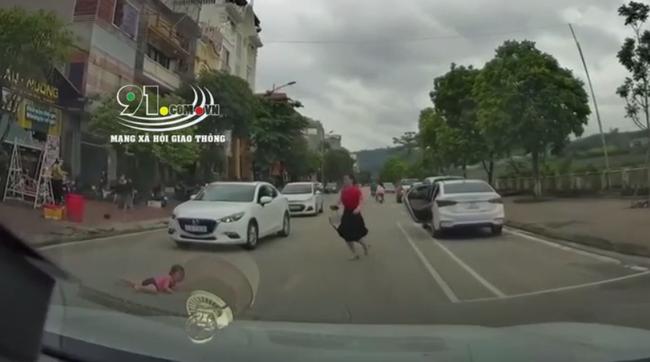 Sốc khoảnh khắc mẹ bất cẩn mở cửa xe để con chạy ra ngoài, bé gái 3 tuổi bị ô tô lao tới húc văng  - Ảnh 3.
