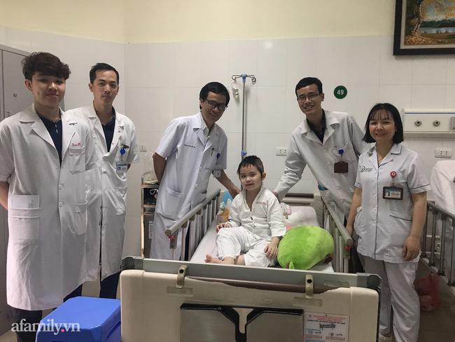 PGD TS Hệ cùng đội ngũ y bác sĩ chúc mừng bé Bảo Ngọc