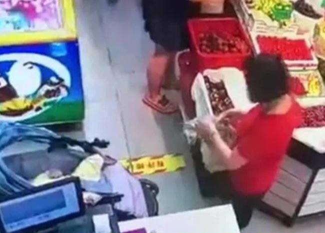 Sốc khi thấy người lạ véo con gái 4 tháng tuổi đến hoại tử cả da chân khi đi siêu thị - Ảnh 3.