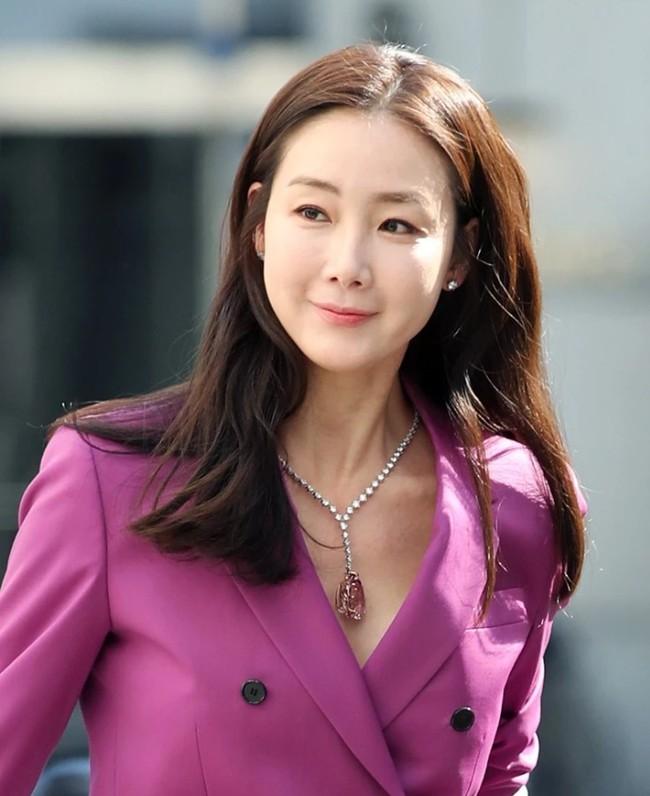 Thông tin hiếm hoi về chồng trẻ kém 9 tuổi của Choi Ji Woo: Từng làm huấn luyện viên thể hình, đổi tên để che đậy quá khứ? - Ảnh 4.