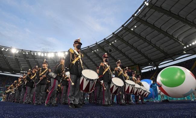 Mãn nhãn với Lễ khai mạc Euro 2020: Bữa tiệc màu sắc đầy ấn tượng mang nhiều thông điệp ý nghĩa - Ảnh 1.