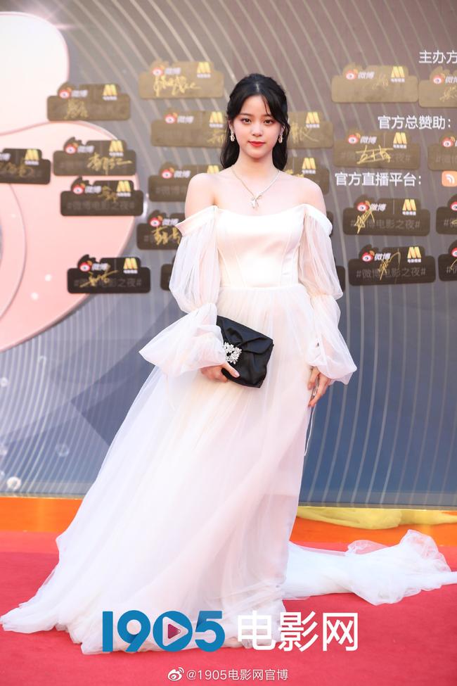 """Sự kiện Đêm điện ảnh Weibo: Con trai """"Điêu Thuyền đẹp nhất màn ảnh"""" gây sốt nhờ ngoại hình nổi bật, Cảnh Điềm lộ dấu hiệu lão hóa - Ảnh 6."""