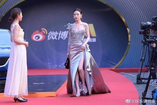 """Sự kiện Đêm điện ảnh Weibo: """"Tình cũ Phùng Thiệu Phong"""" Nghê Ni gợi cảm, đánh bật các đàn em 9x - Ảnh 19."""