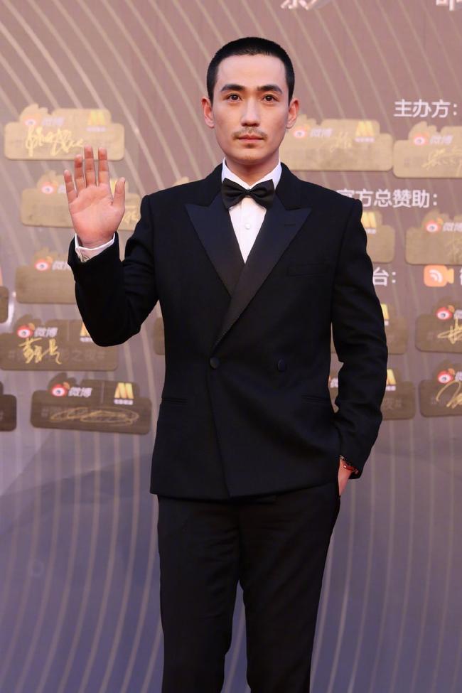 """Sự kiện Đêm điện ảnh Weibo: """"Tình cũ Phùng Thiệu Phong"""" Nghê Ni gợi cảm, đánh bật các đàn em 9x - Ảnh 21."""