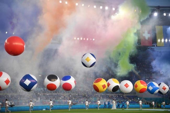 Mãn nhãn với Lễ khai mạc Euro 2020: Bữa tiệc màu sắc đầy ấn tượng mang nhiều thông điệp ý nghĩa - Ảnh 2.