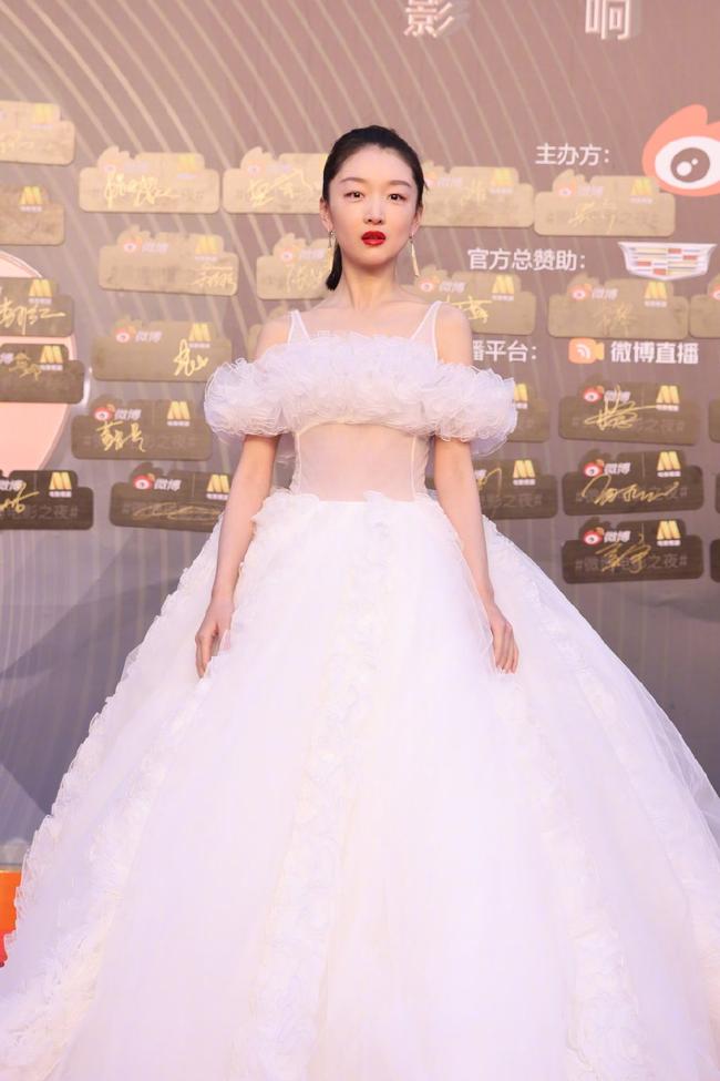 """Sự kiện Đêm điện ảnh Weibo: """"Tình cũ Phùng Thiệu Phong"""" Nghê Ni gợi cảm, đánh bật các đàn em 9x - Ảnh 14."""