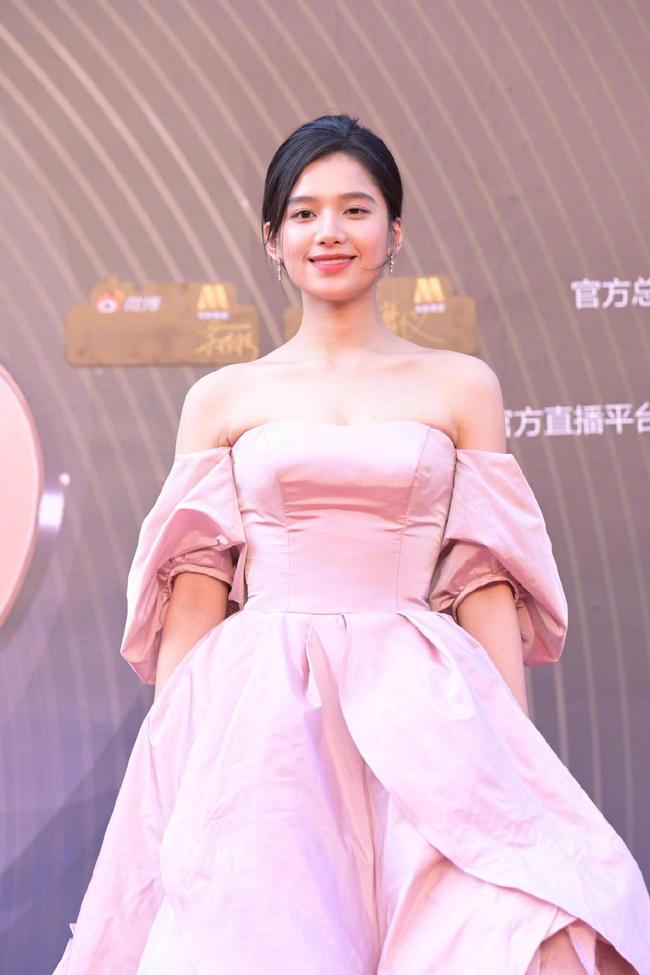 """Sự kiện Đêm điện ảnh Weibo: Con trai """"Điêu Thuyền đẹp nhất màn ảnh"""" gây sốt nhờ ngoại hình nổi bật, Cảnh Điềm xuống sắc thấy rõ - Ảnh 9."""