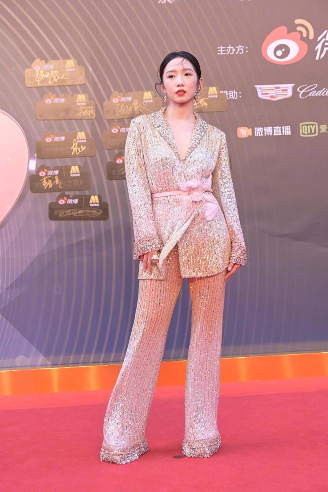 """Sự kiện Đêm điện ảnh Weibo: Con trai """"Điêu Thuyền đẹp nhất màn ảnh"""" gây sốt nhờ ngoại hình nổi bật, Cảnh Điềm xuống sắc thấy rõ - Ảnh 11."""