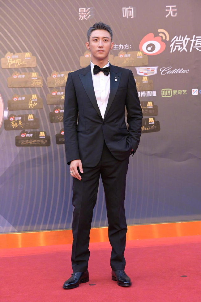 """Sự kiện Đêm điện ảnh Weibo: Con trai """"Điêu Thuyền đẹp nhất màn ảnh"""" gây sốt nhờ ngoại hình nổi bật, Cảnh Điềm xuống sắc thấy rõ - Ảnh 13."""