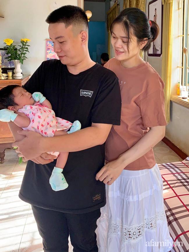 Nhờ chồng bế con để đi hút sữa, lát sau quay vào mẹ trẻ nhìn mặt em bé mà không biết nên cười hay mếu - Ảnh 3.