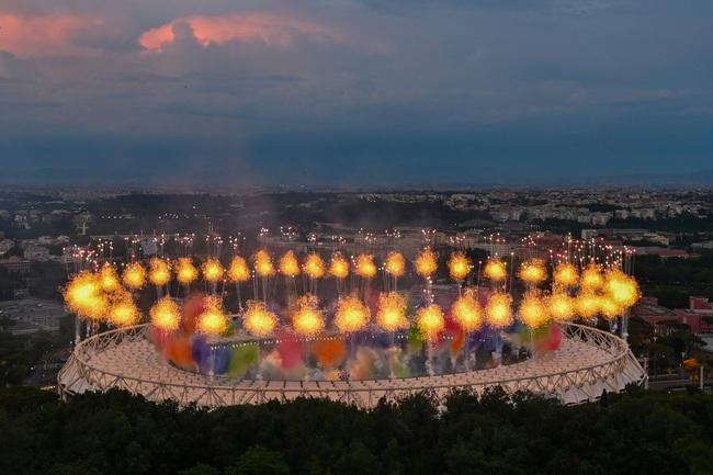 Mãn nhãn với Lễ khai mạc Euro 2020: Bữa tiệc màu sắc đầy ấn tượng mang nhiều thông điệp ý nghĩa - Ảnh 8.