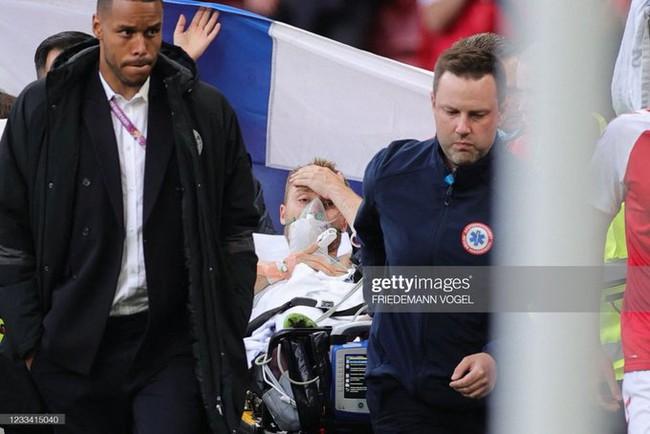 Euro 2020: Tiền vệ Đan Mạch đột ngột bất tỉnh trên sân trong trận đấu với Phần Lan, bạn gái bật khóc trên sân - Ảnh 7.