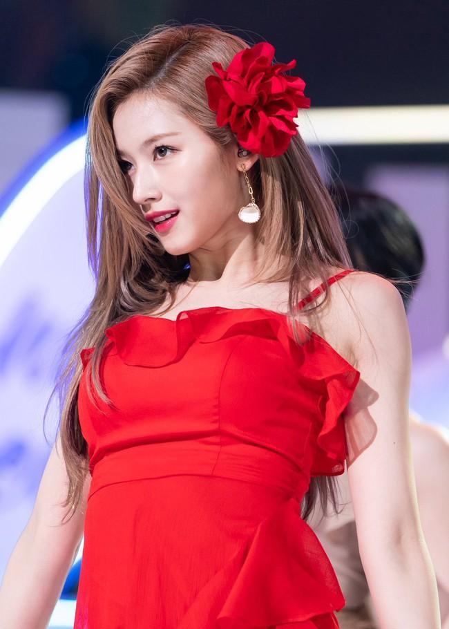 """Diện món phụ kiện """"sến tột cùng"""" như hoa cài đầu, loạt idol Hàn vẫn chứng minh được visual """"thần tiên"""" - Ảnh 2."""