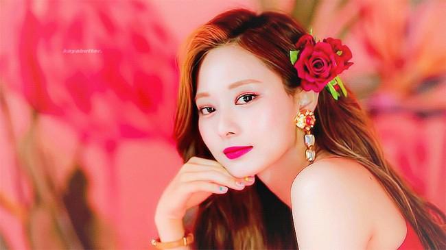 """Diện món phụ kiện """"sến tột cùng"""" như hoa cài đầu, loạt idol Hàn vẫn chứng minh được visual """"thần tiên"""" - Ảnh 1."""