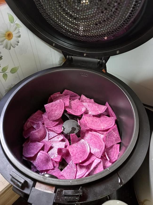 Giải cứu khoai lang tím xong thì làm ngay món snack giòn rụm này bằng nồi chiên không dầu các chị em nhé  - Ảnh 6.