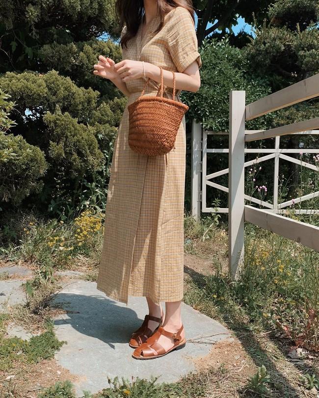 """Cho những lúc không biết mặc gì: 12 outfit màu be """"tây tây"""" dịu mắt, hợp mùa hè nóng nực - Ảnh 6."""