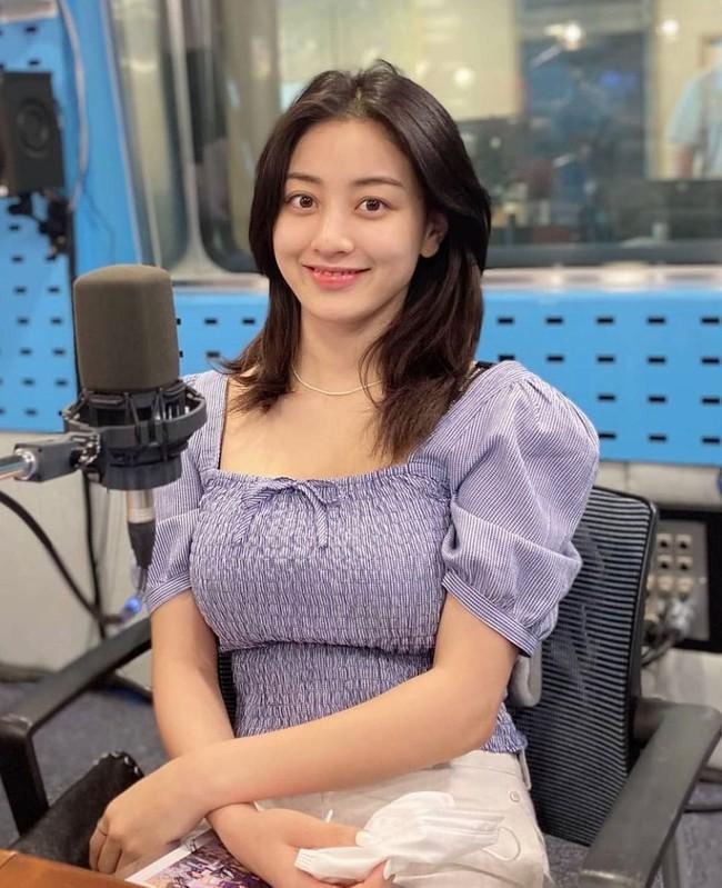 Rosé và Jihyo vừa diện áo blouse cổ vuông rất sang xịn mịn, gợi ý cho bạn vài thiết kế tương tự để sắm theo - Ảnh 3.