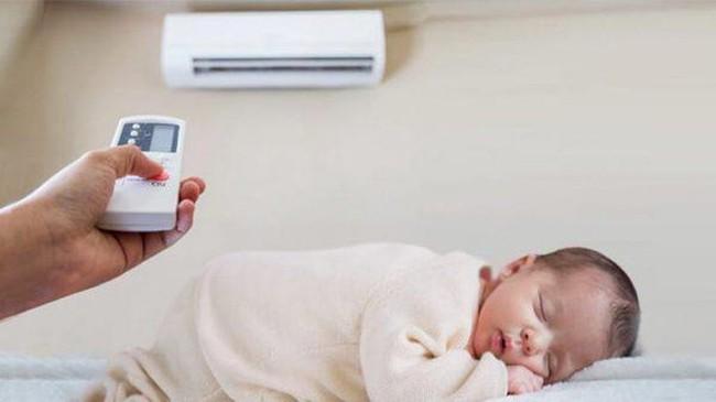 Trời nóng thế nào thì vào ban đêm, bố mẹ cũng không được làm những việc này để tránh con bị cảm lạnh - Ảnh 1.