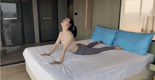 Tập ngay trên giường với 4 động tác giúp - Ảnh 4.