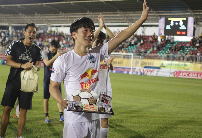 """Người phụ nữ khóc sướt mướt khi nghe câu chuyện của cầu thủ Minh Vương ở đội tuyển Việt Nam: """"Thấy nó thương thương, thấy tội tội, nhìn thấy khổ"""" - Ảnh 2."""