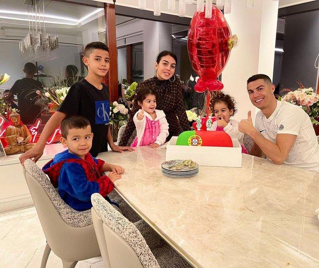 4 đứa con đáng yêu của Cristiano Ronaldo: Loạt khoảnh khắc làm cha ấm áp và những đồn thổi về mẹ của bọn trẻ - Ảnh 15.
