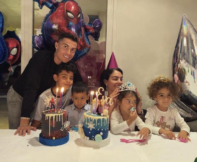 4 đứa con đáng yêu của Cristiano Ronaldo: Loạt khoảnh khắc làm cha ấm áp và những đồn thổi về mẹ của bọn trẻ - Ảnh 9.