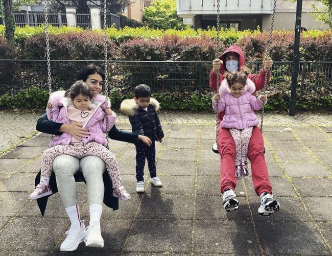 4 đứa con đáng yêu của Cristiano Ronaldo: Loạt khoảnh khắc làm cha ấm áp và những đồn thổi về mẹ của bọn trẻ - Ảnh 10.