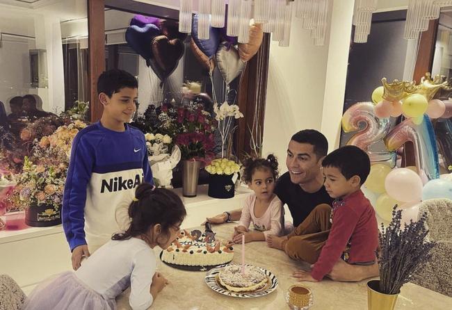 4 đứa con đáng yêu của Cristiano Ronaldo: Loạt khoảnh khắc làm cha ấm áp và những đồn thổi về mẹ của bọn trẻ - Ảnh 12.
