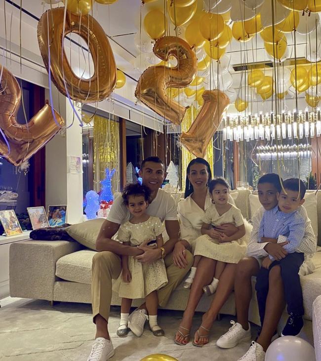 4 đứa con đáng yêu của Cristiano Ronaldo: Loạt khoảnh khắc làm cha ấm áp và những đồn thổi về mẹ của bọn trẻ - Ảnh 3.