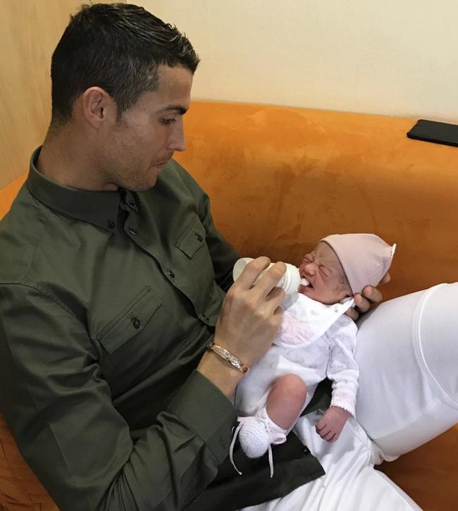 4 đứa con đáng yêu của Cristiano Ronaldo: Loạt khoảnh khắc làm cha ấm áp và những đồn thổi về mẹ của bọn trẻ - Ảnh 2.