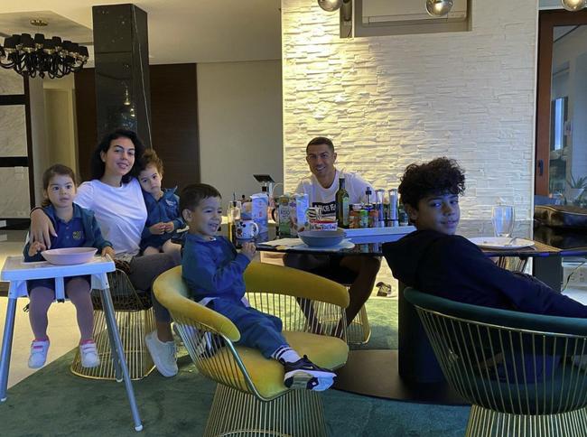 4 đứa con đáng yêu của Cristiano Ronaldo: Loạt khoảnh khắc làm cha ấm áp và những đồn thổi về mẹ của bọn trẻ - Ảnh 7.