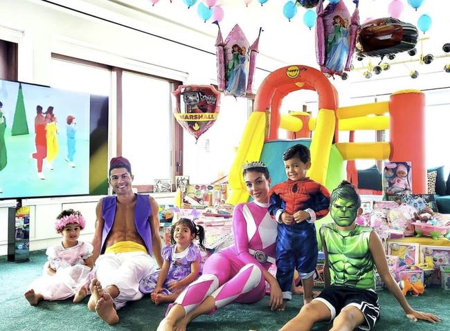4 đứa con đáng yêu của Cristiano Ronaldo: Loạt khoảnh khắc làm cha ấm áp và những đồn thổi về mẹ của bọn trẻ - Ảnh 5.