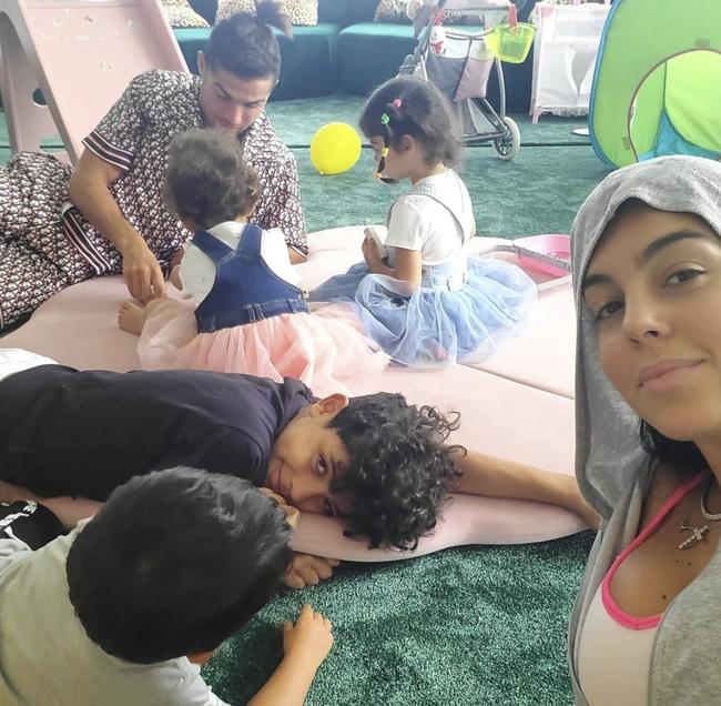 4 đứa con đáng yêu của Cristiano Ronaldo: Loạt khoảnh khắc làm cha ấm áp và những đồn thổi về mẹ của bọn trẻ - Ảnh 8.