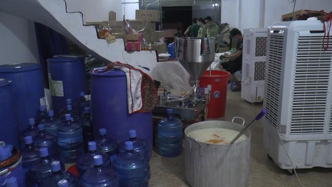 Đột kích nhà 3 tầng trong đêm, thu giữ gần 10000 chai, lọ sữa tắm mỹ phẩm không rõ nguồn gốc - Ảnh 9.