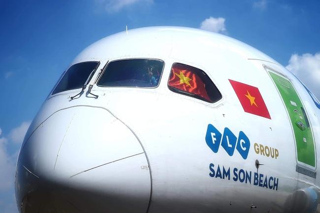 Khoảnh khắc dễ thương nhưng cũng đầy tự hào trên chuyên cơ chở đội tuyển Việt Nam về nước - Ảnh 2.