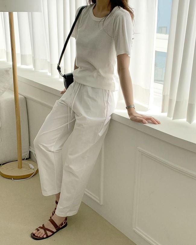 Hè diện quần trắng cho mát nhưng để sành điệu không chê được điểm nào, bạn nên ghim 12 cách mặc của gái Hàn - Ảnh 10.