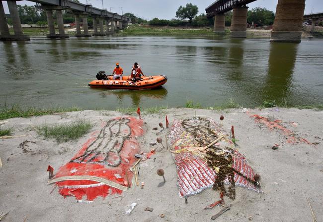 Sông Hằng - con sông không biết nói dối về thảm kịch Covid-19 tại Ấn Độ: Những thi thể trương phềnh nổi lềnh bềnh và những tấm khăn liệm màu cam ẩn chứa sự thật chua xót - Ảnh 1.