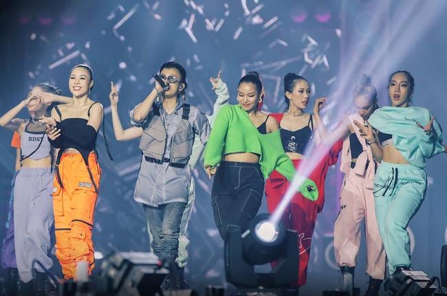 Những khoảnh khắc đầy cảm xúc của Trấn Thành khi hát cùng Rhymastic trên sân khấu Live Concert Rap Việt All-Star - Ảnh 1.